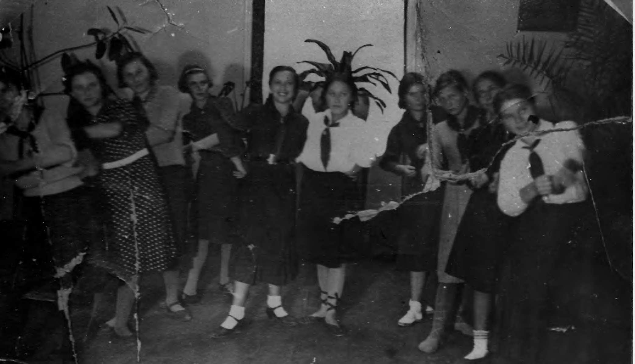 Группа девочек танц.кружка, 30-е годы