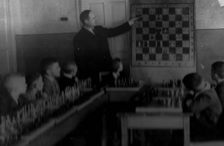 Занятие шахматного кружка ведёт Кучумов