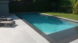 terras in natuursteen rond zwembad