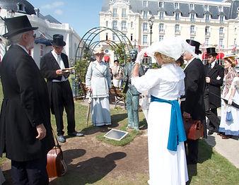 Jardins_de_Cabourg_-_statue_de_Proust_é