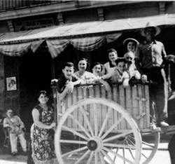 Amigos de la Fonda en un carro