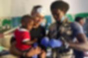 Suso atendiendo en el Centro de Salud de Warang