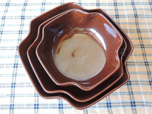 鉄釉輪花三ツ組鉢