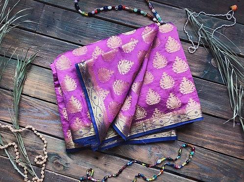 Сари индийское фиолетовое с золотым принтом