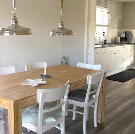 Esszimmer Deckenlampe chrom Reviera Maison Holztisch Stühle alt weiß Esstischstühle Essecke