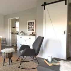 Ferienhaus, Skandinavischer Stil, Schiebetür, Sessel, Hocker, Kommode weiß, Sisal, raue Wände, Tablett