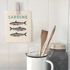 Holzpaneele, Küche, Küchendeko, Küchenaccessoires, Sardine, Spültuch, Fische, Keffeedose Keramik, Krug weiß Emaille, Holzlöffel