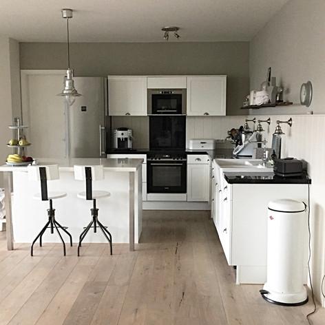 Küche weiß schlicht Landhaus Hocker Küchenstühle Küchenhocker Metallhocher Tresen
