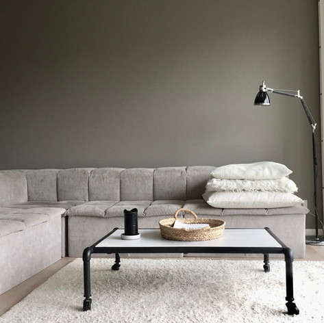 Wohnzimmer Sofa Couch Lamellen amerikan Shutter Shutters Stehlampe Wohngeschwister Wohnzimmertisch Metallrohr Holz Kissen Industriedesign Teppich weiß