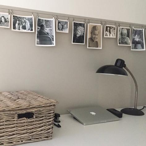 Arbeitsplatz Büro Schreibtisch Tischlampe schwarz antik alst shabby historisch Korb Fotoleiste Bilderleiste Fotos an Draht Dekoidee Computerplatz