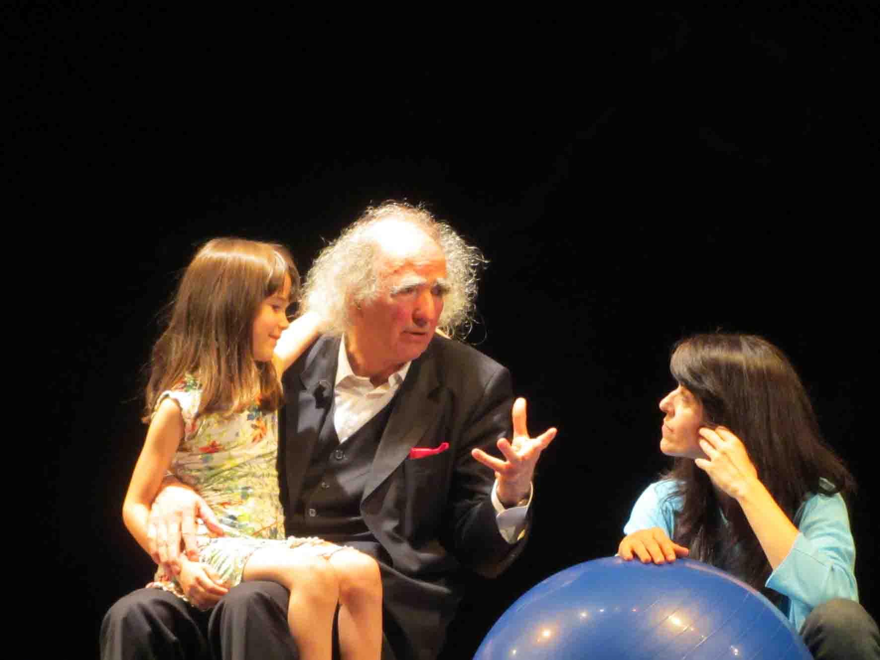 L'ISOLA CHE NON C'E' regia Ivana Ferri nella foto Vittorino Andreoli con Patrizia Pozzi e la piccola