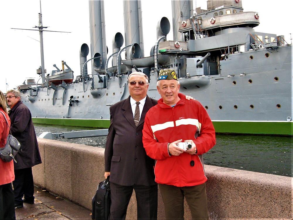 Szentpétervár. Az Auróra előtt egy RIB-es kollégával. Turisztikai vásár alkalmával