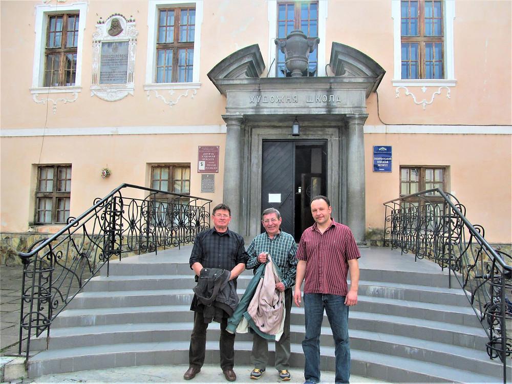 Munkácson Dávida Jánossal, egy nyíregyházi baráttal és zenészkollegával, valamint dr. Kopriva Attilával, munkácsi festőművésszel, tanszékvezetővel (2015)