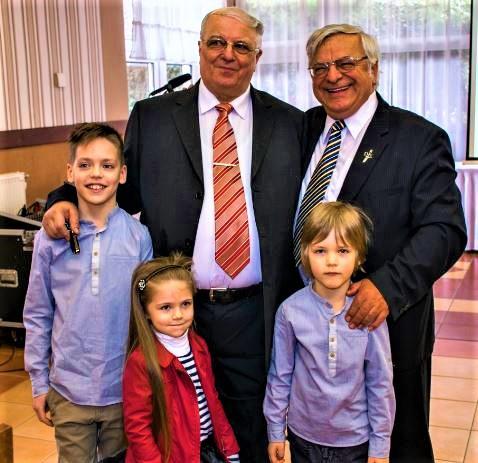A 70. születésnapon a három unokával és Süli Zakar István professzorral
