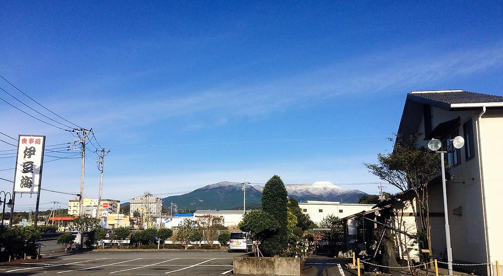 雪化粧をした富士山と愛鷹山