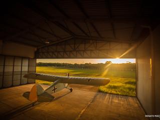 Avião no por do sol