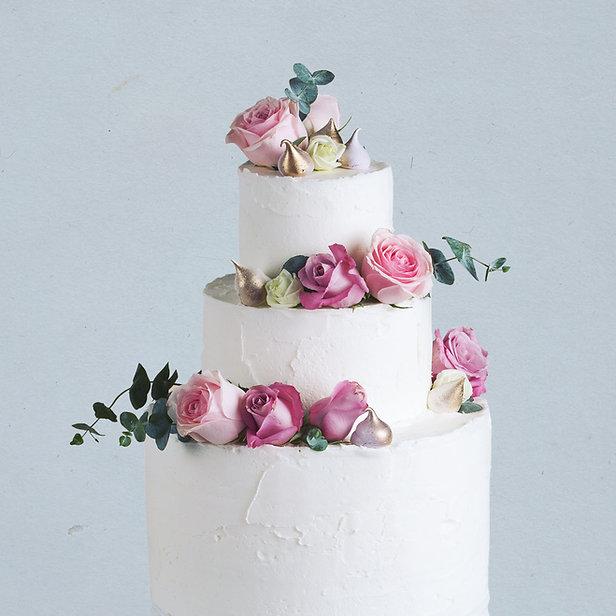 ウェディングケーキが飾られ