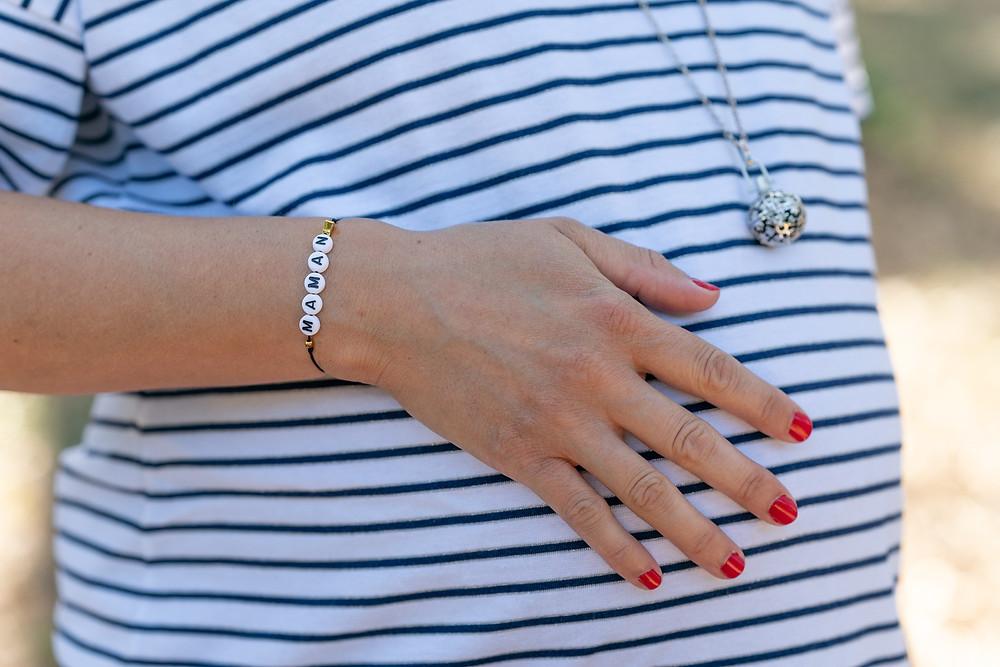Future maman avec bracelet maman