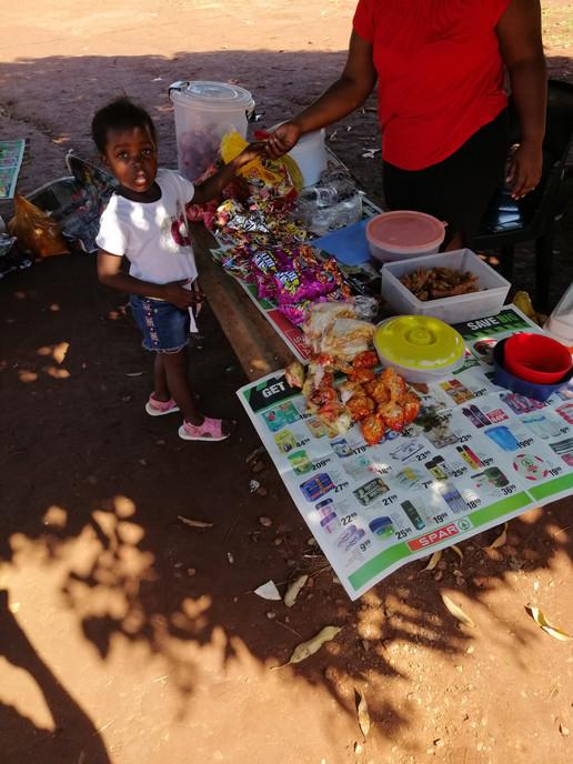 Lors des récréations, les enfants peuvent acheter de petits encas. Estomacs fragiles, ne tentez pas l'aventure!