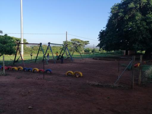 Une aire de jeux dans la cour de récréation.