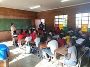 Lors de notre voyage, nous avons eu la chance d'enseigner le français à certaines classes. En voici un exemple.