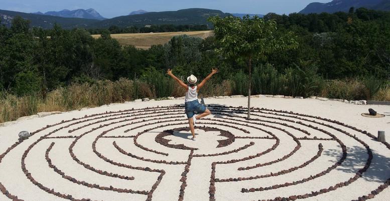 Le labyrinthe est un lieu d'exploration.  Il n'y a pas de mode d'emploi, rien à chercher, pas de but à atteindre. Chaque expérience est unique. Vous allez entrer dans un espace hors du temps, un espace sacré soutenu par les 5 directions que nous vous proposons de parcourir en conscience, comme un cheminement intérieur et avec la curiosité d'un enfant.  Métaphore de la Vie, de ses méandres, le labyrinthe nous parle, nous enseigne. C'est une invitation à vivre une expérience sensible, singulière, poétique. Celle de l'ici et maintenant.  A être acteur en mouvement, et pas seulement témoin ou spectateur.  Tantôt se rapprocher du centre, tantôt s'en éloigner, changer de direction, de vision, perdre ses repères, faire une pause, repartir, rencontrer d'autres individus, se laisser surprendre…