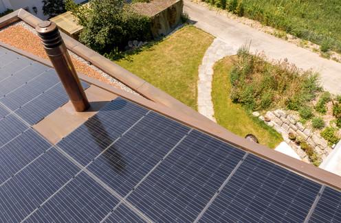 Solardach aus Drohnensicht, Architekturfotografie