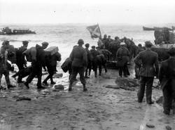 Les prisonniers Italiens embarquant