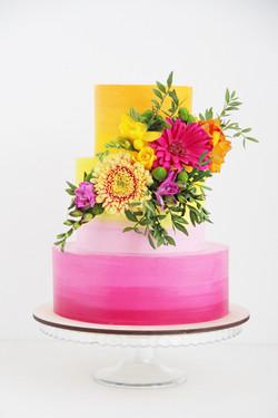 свадебный торт с живыми цветами
