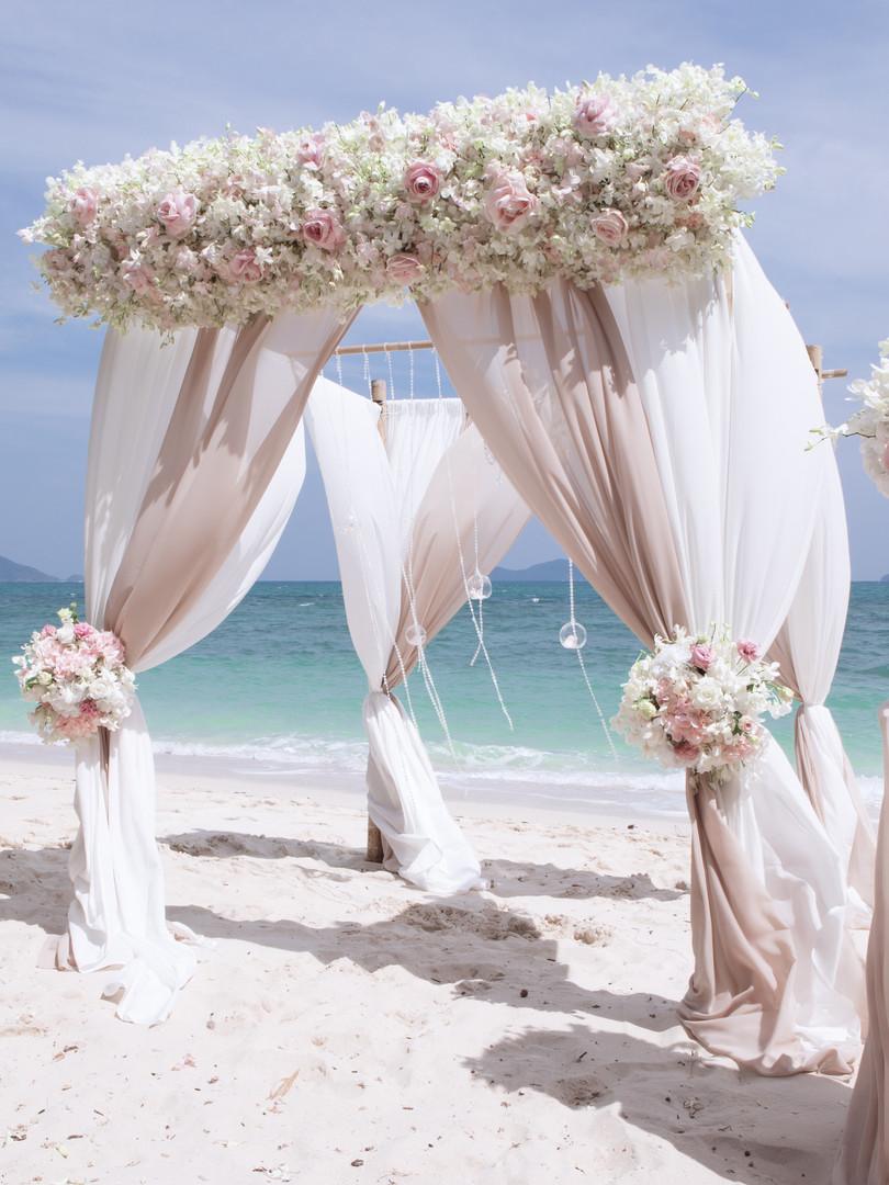 Arche décorée sur la plage