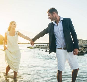 couple de mariés sur la plage de saint m