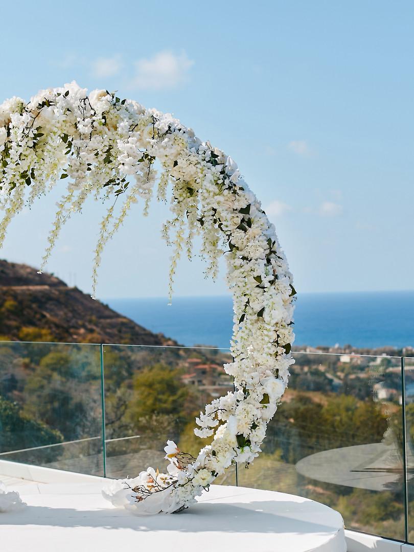 Arche ronde décorée d'orchidées