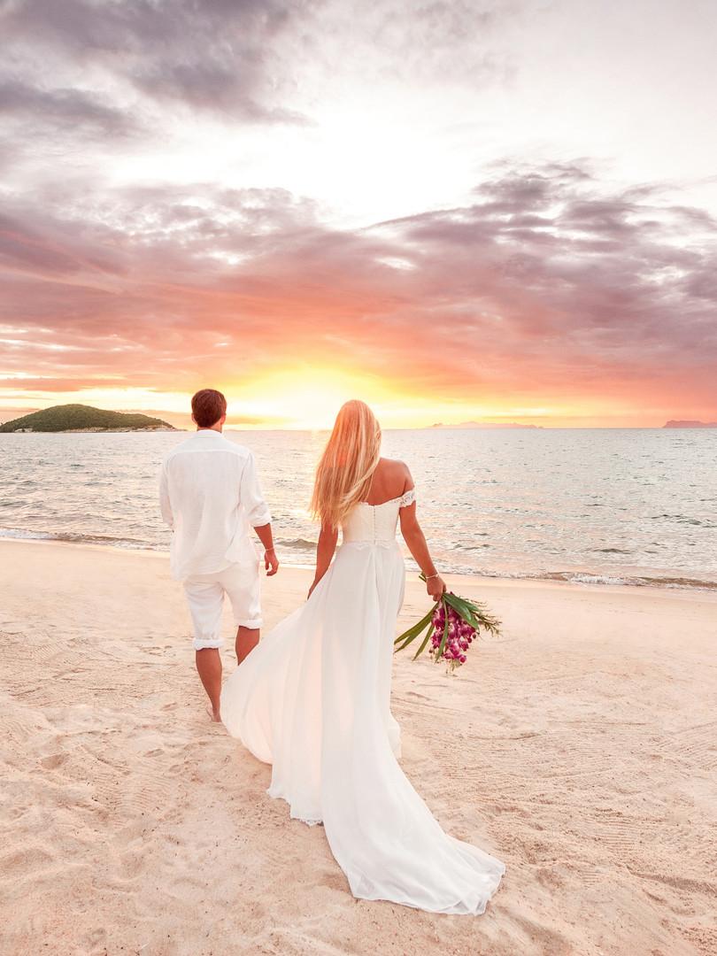 Couple de mariés sur une plage des caraibes