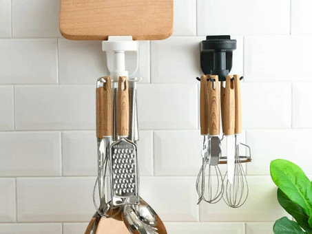Gancho de suporte adaptável em paredes e armários, super prático para otimizar espaço na cozinha.