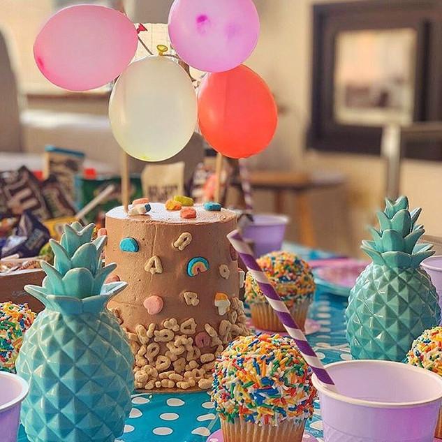 Torta y cupcakes de cumpleaños