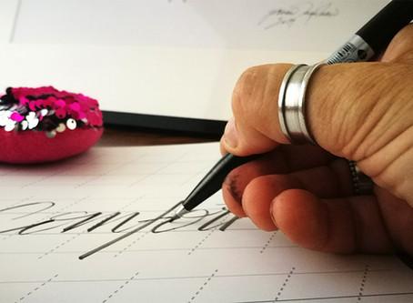 הדרך הנכונה להחזיק את עט המכחול שלך