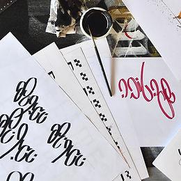 ערמת ניירות על גבי שולחן ועליהן מילים בק