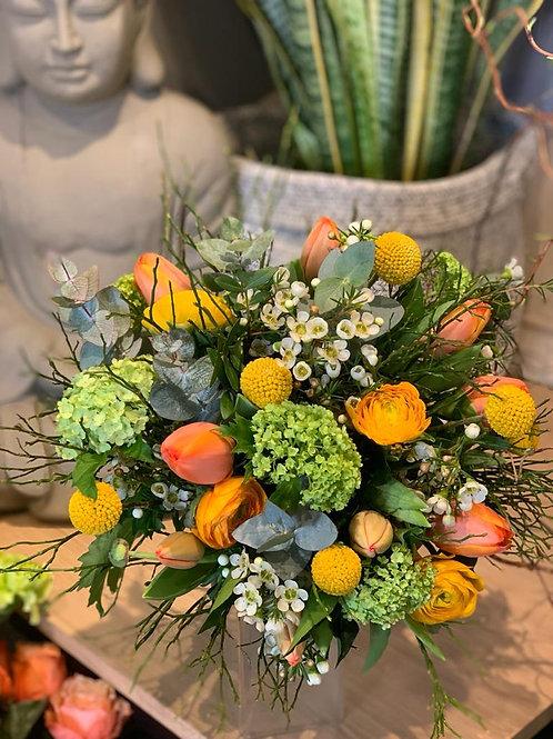 Bouquet de fleurs de saison tons jaune orangé