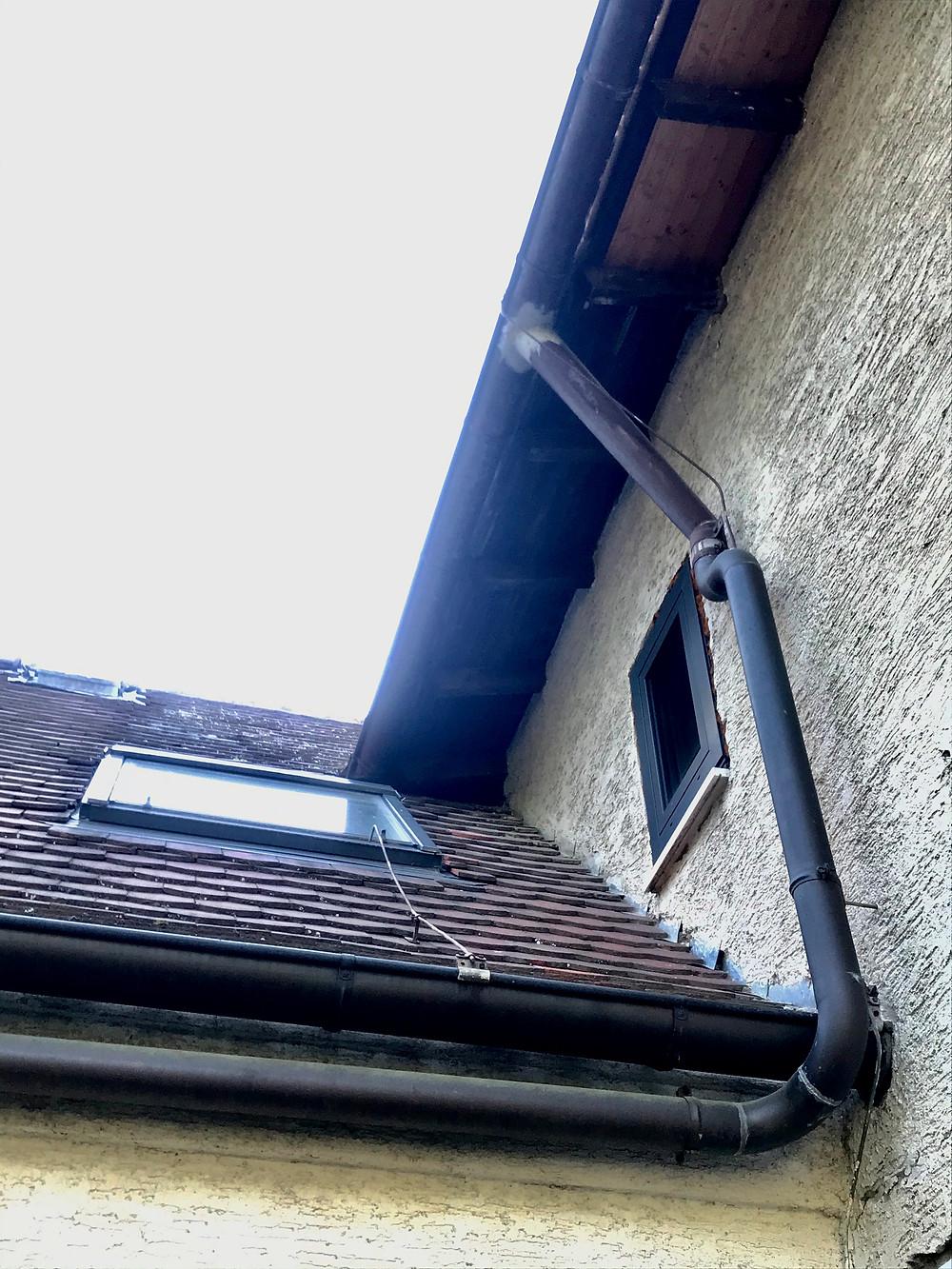 Bestandsfassade schließt an einen anderen Hausteil an.