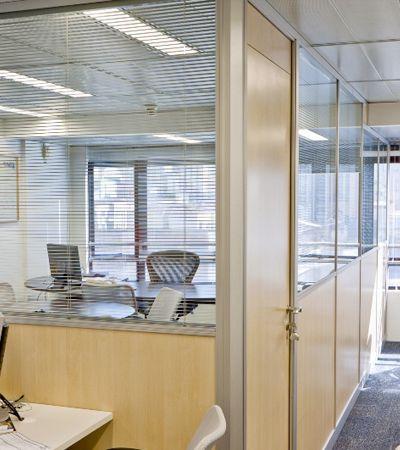 escritorio-com-divisoria-de-vidro.jpg