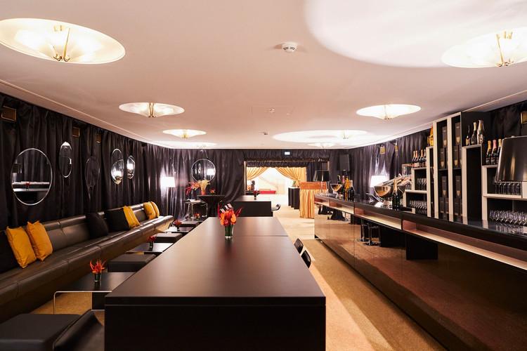 Falstaff Lounge / im Gang