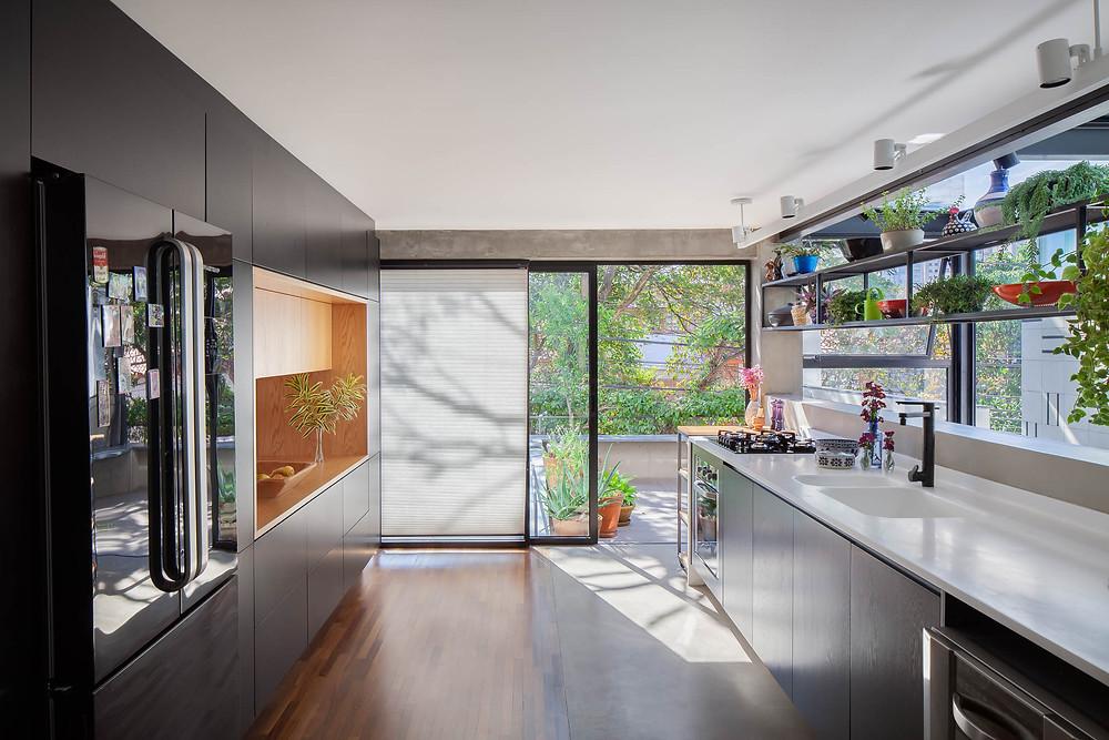 Cozinha integrada ao terraço, luz natural, projeto de iluminação Estúdio Oh