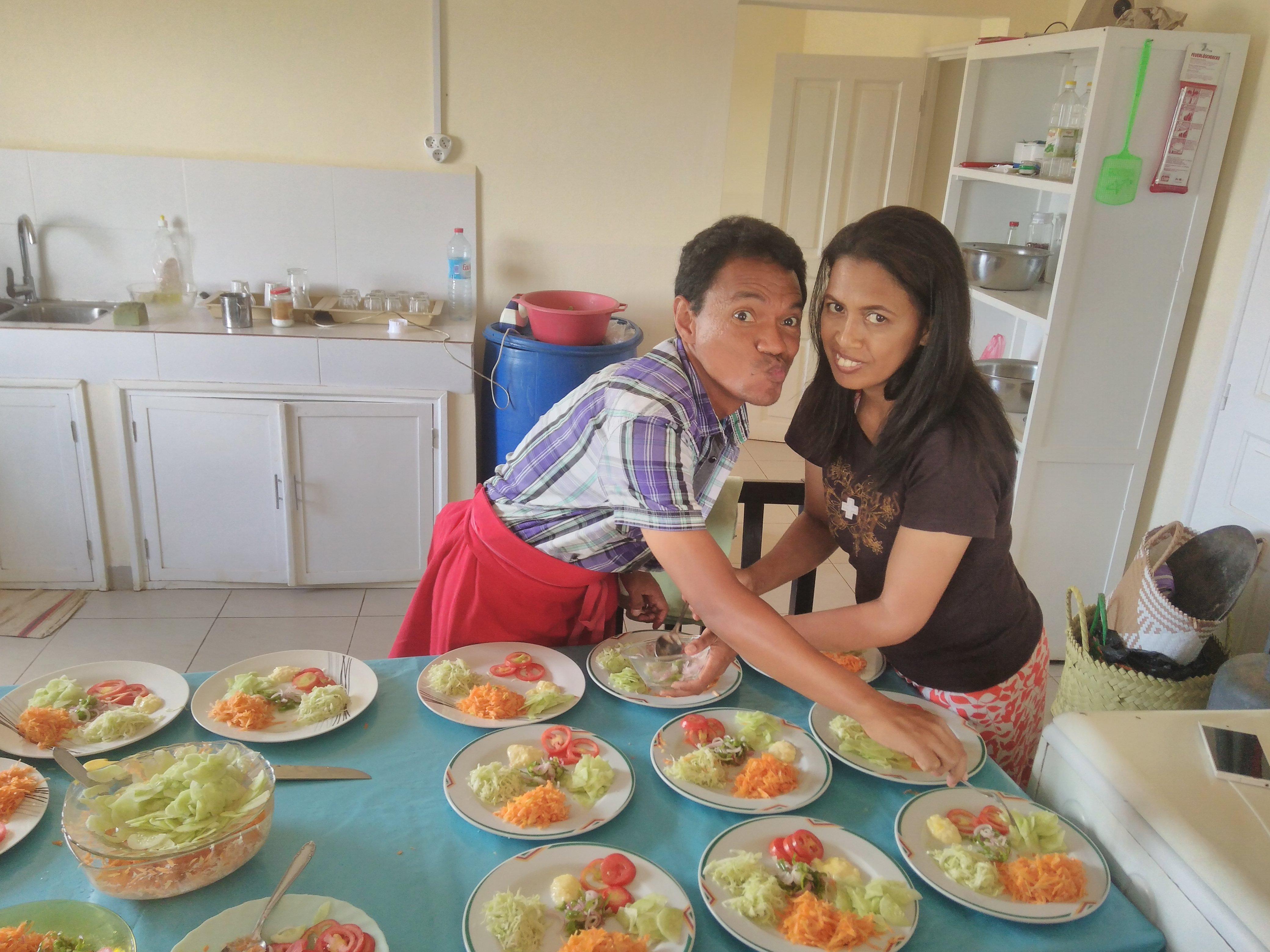 Feno und Fidy beim kochen