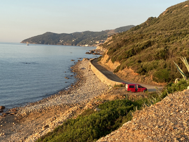 Caddy Camper Wildcamping in einsamer Bucht auf Elba
