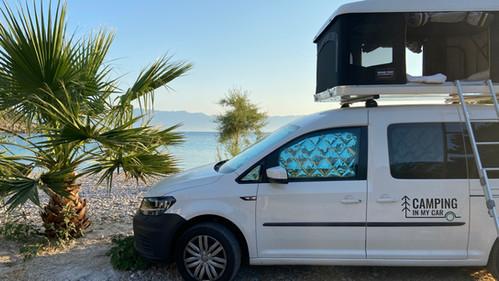Caddy Camper Top spot in erster Reihe im Autokamp Divna in Peljesač, Kroatien