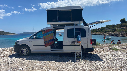 Caddy Camper Top Spot in der Bucht Solinska, Drvenik Veli, Kroatien