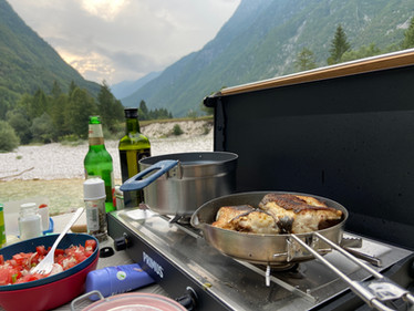 Camping in my Car - Abendessen aus der Campingküche im Soča-Tal in Slowenien