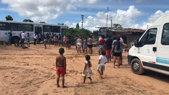 Busão Solidário do Seturn entrega cestas básicas à colônia de pescadores de Natal