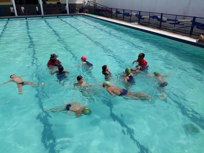 NEC/Pinguinho de Gente ensina segurança aquática através da metodologia do nadador Gustavo Borges