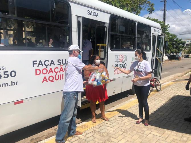 Busão Solidário do Seturn entrega cestas básicas a ex-moradores do Maruim